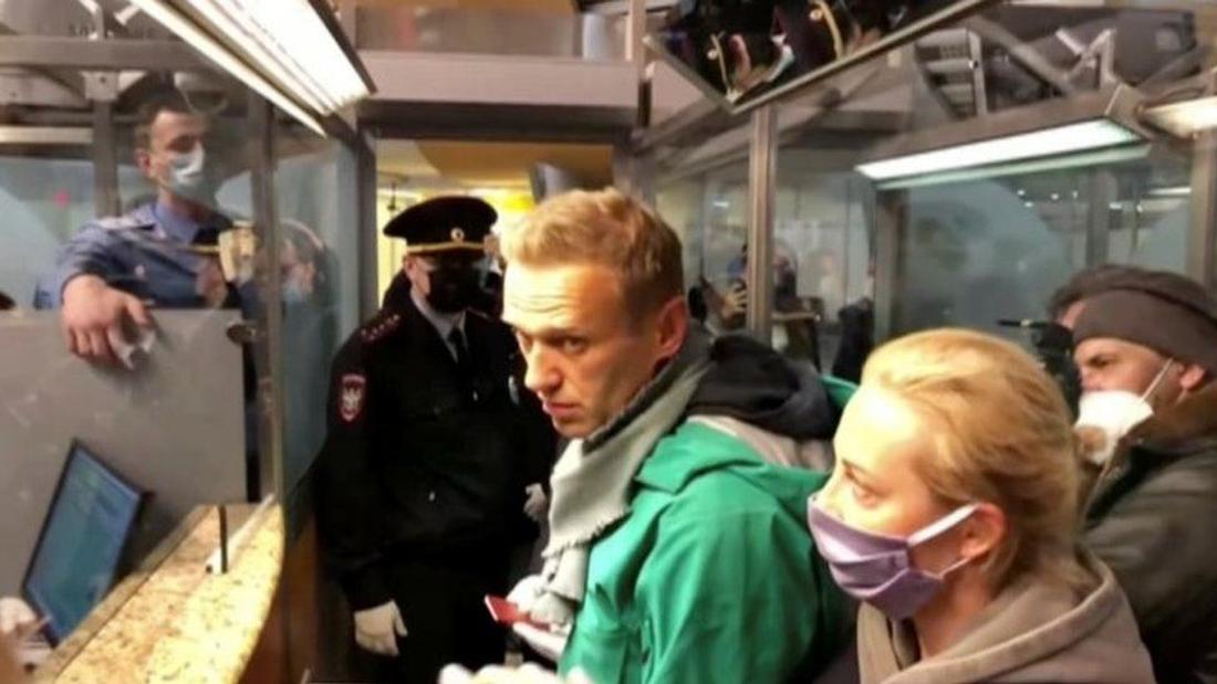 Russia Navalny: Poisoned opposition leader held after flying home
