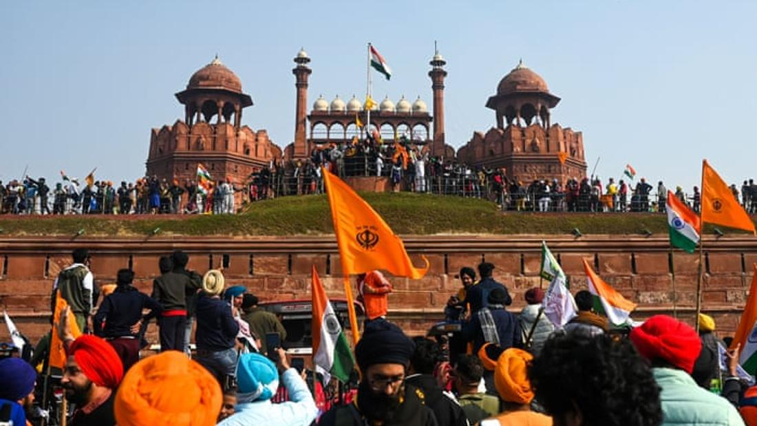 Violent clashes as Indian farmers storm Delhi's Red Fort