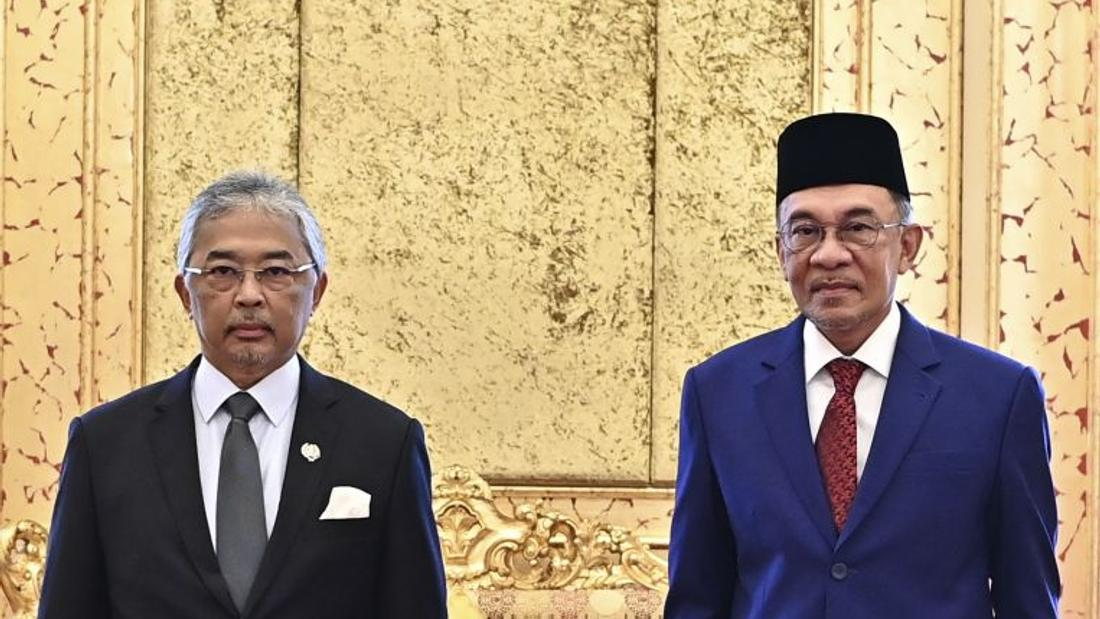 Malaysia's Anwar presents majority claim to King, leaves decision to ruler